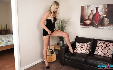 Wondrous and bright blonde nympho Ashley Jayne wanna expose will not hear of nice body