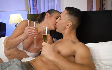 Mature whore Mariana drops a visit to her common client to give him BJ