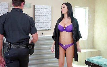 Big breasted MILF masseuse gives a cop a becoming ending as a gift