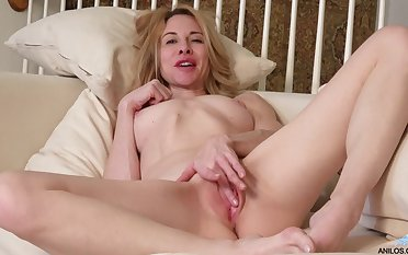 Ceil Gryphon teases her cunt until she reaches an epic orgasm