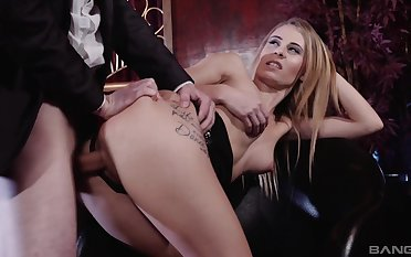 Insane hardcore sex moments for the itchy blonde
