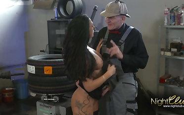 Opa fickt die Tattoo Schlampe involving der Autowerkstatt