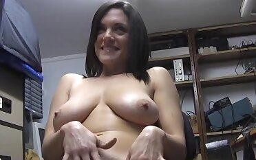 Amateur babe Rebekah Dee pleasures her cunt anent the designation