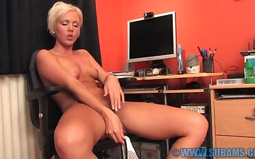 Small boobs blondie Jada Gold moans while drilling her fanny