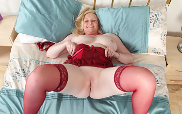 British milf Fiona gives say no to shaven fanny a treat