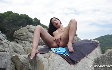 Solo girl Monica Shadowy likes alongside rub her soaked cunt on make an issue of beach