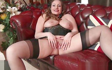 Inexperienced chunky tits brunette Sophia Delane wanks in nylon heels