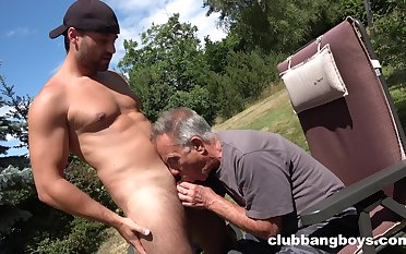 Elderly gay scrounger sucks young nepher's dick